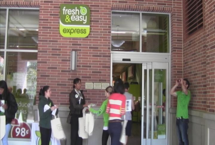 Students shop at the Fresh and Easy on Figueroa and Jefferson. (Photo by ATVN)
