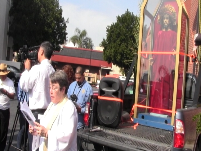 Bishop Suffragan of Los Angeles Diane Bruce leads supporters in prayer on Monday. (Tina Guiterrez/ATVN)